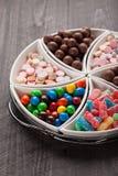 O tiro macro do grande recipiente encheu-se com os doces Imagem de Stock
