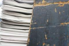 O tiro macro do preto pintou a textura de madeira riscada acima da cremalheira de jornal Imagem de Stock
