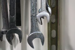 O tiro macro industrial do metal puxa a suspensão na parede Imagens de Stock Royalty Free