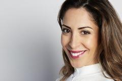 O tiro monocromático da mulher de negócios caucasiano feliz com sorriso positivo, tem o cabelo escuro torrado, isolado na parede  foto de stock