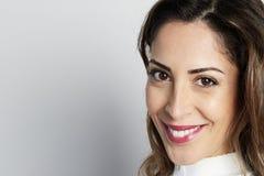 O tiro monocromático da mulher de negócios caucasiano feliz com sorriso positivo, tem o cabelo escuro torrado, isolado na parede  fotos de stock royalty free