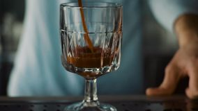 O tiro Slowmotion de um barman na barra derrama um suco em uns vidros vídeos de arquivo