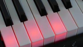 O tiro superior do piano preto e branco fecha o teclado video estoque