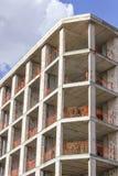 O tiro vertical da perspectiva da construção de feixes de um concreto reforçado novo e do metal ligou a construção com o céu azul imagens de stock