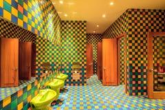 O toalete da sala do berçário do hotel de Marriott com seu interior colorido é executado no projeto amigável original moderno à m Imagem de Stock