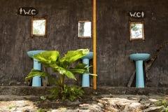 O toalete exterior público com um WC assina dentro um parque Imagem de Stock