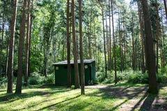 O toalete nas madeiras Fotografia de Stock