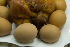 O todo grelhou a galinha decorada com vegetais fotografia de stock