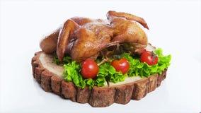O todo roasted a galinha com vegetais, em de madeira vídeos de arquivo