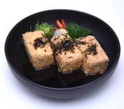 O Tofu fritado friável japonês ou o Tofu de Agedashi serviram no caldo do tentsuyu isolado no fundo branco com trajeto de grampea Fotografia de Stock