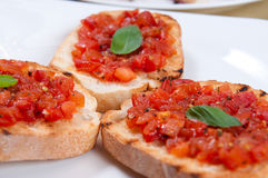 O tomate cobriu o bruschetta Imagem de Stock
