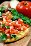 O tomate cobriu o bruschetta