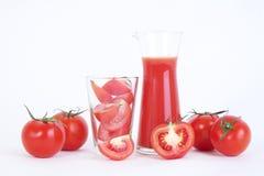 O tomate e o tomate cortado preparam-se para o suco de tomate Foto de Stock Royalty Free