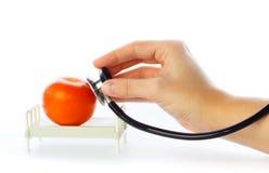 O tomate recebe o cuidado na cama de hospital imagens de stock royalty free