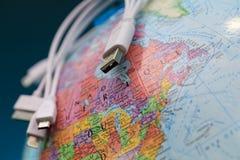 O toponymics dos cabos do globo e do usb é escrito em francês Foco o foto de stock royalty free