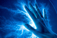 O toque da mão a superfície-emitir-se bonde luminoso Fotografia de Stock