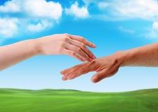 O toque das mãos entre o homem e a mulher Imagens de Stock Royalty Free