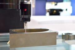 O toque do CNC sonda para o controle da qualidade em moer a m?quina do CNC Sensor da ponta de prova da precis?o na metalurgia ind foto de stock