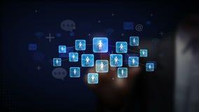 O toque do homem de negócios conecta povos, usando o conceito da tecnologia de comunicação