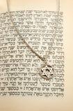 O Torah e a corrente de prata com Magen David Fotografia de Stock