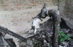 O torneira e a tubulação no fogo home detalham a conflagração Foto de Stock Royalty Free