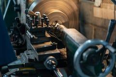 O torno automotivo do metal das partes de giro é uma ferramenta que gire o workpiece sobre uma linha central de rotação para exec fotos de stock royalty free