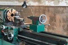 O torno automotivo do metal das partes de giro é uma ferramenta que gire o workpiece sobre uma linha central de rotação para exec fotografia de stock royalty free
