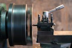 O torno automotivo do metal das partes de giro é uma ferramenta que gire o workpiece sobre uma linha central de rotação para exec fotos de stock