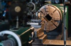 O torno automotivo do metal das partes de giro é uma ferramenta que gire o workpiece sobre uma linha central de rotação para exec imagem de stock