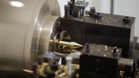 O torno da maquinaria cortou a operação automática da engrenagem da solda vídeos de arquivo