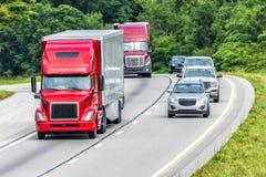 O tráfego arredonda uma curvatura na estrada nacional Fotografia de Stock Royalty Free
