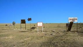 O tráfego assina dentro o deserto perto de Al Jahra Fotografia de Stock Royalty Free