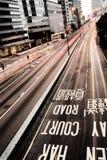 O tráfego com carros faz sinal borrado e marca Fotos de Stock