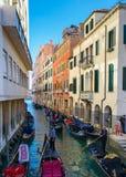 O tráfego com os gandolas em Veneza Itália fotografia de stock