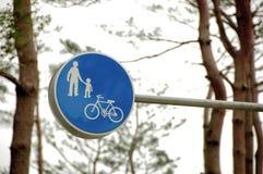 O tráfego da família e da bicicleta assina dentro o azul fotos de stock royalty free