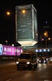 O tráfego de Hong Kong e moden construções na noite Foto de Stock Royalty Free