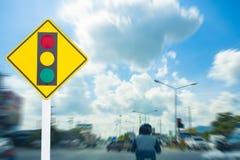 O tráfego de pressa ilegal dos sinais de tráfego na capital borrou vagabundos fotografia de stock