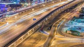 O tráfego de Sheikh Zayed Road no porto de Dubai e nos lagos Jumeirah eleva-se timelapse da noite dos distritos video estoque