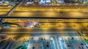 O tráfego de Sheikh Zayed Road no porto de Dubai e nos lagos Jumeirah eleva-se timelapse da noite dos distritos vídeos de arquivo