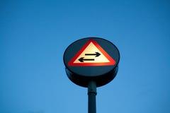 O tráfego em dois sentidos cruza a estrada de sentido único Imagem de Stock Royalty Free