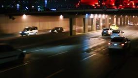 O tráfego na estrada video estoque