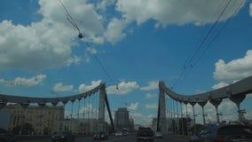 O tráfego na ponte video estoque