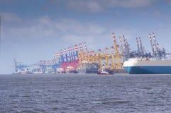 O tráfego no porto marítimo profundo de bremerhaven Fotografia de Stock Royalty Free