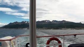 O traço acena na água do navio no cais do porto de Ushuaia em Argentina filme