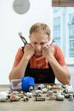 O trabalhador é de pensamento e de vista os elementos do encanamento imagens de stock royalty free