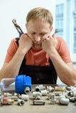 O trabalhador é de pensamento e de vista os elementos do encanamento fotografia de stock