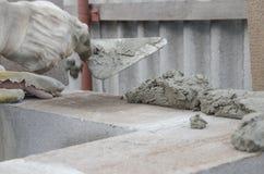 O trabalhador alinha com uma espátula, cinderblocks do tijolo da configuração Fotografia de Stock Royalty Free
