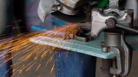 O trabalhador com a máquina de moedura angular está cortando o metal video estoque