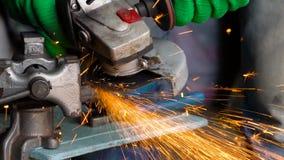 O trabalhador com a máquina de moedura angular está cortando o metal Movimento lento vídeos de arquivo