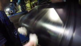 O trabalhador controla a conexão das partes da borracha do pneu video estoque